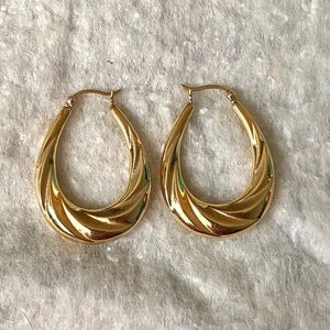 "14k Gold Twisted Hoop Earrings 1.5""  4 Grams"